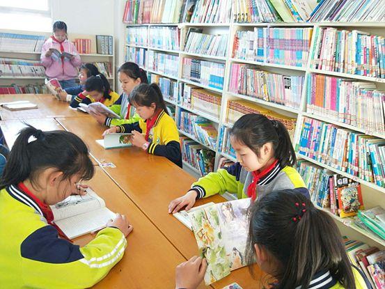 孩子们在云集梦想图书室里阅读