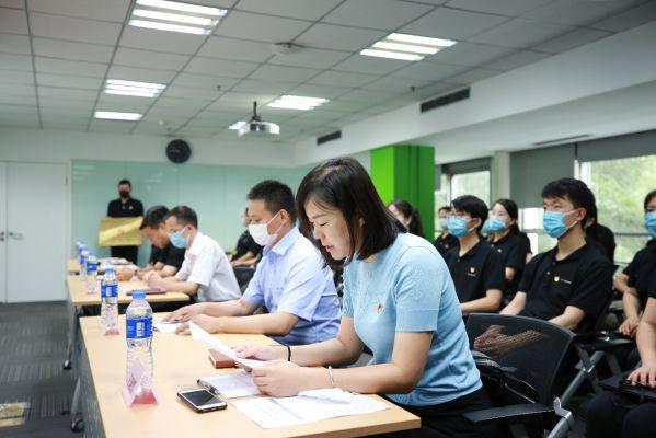 中关村科学城党群活动服务中心负责人于晓博宣读批复文件