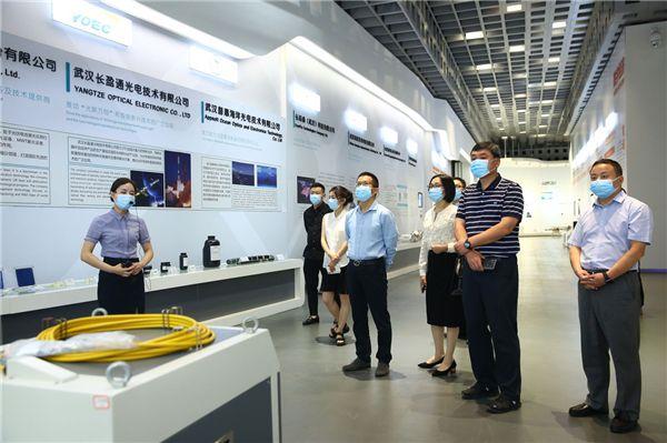 推介会后,嘉兴领导、武汉园区代表一行在国创的陪同下兴致勃勃的参观了光谷展示中心。