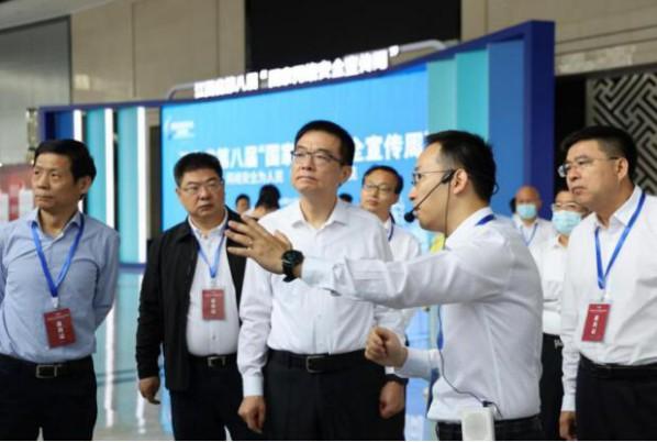 绿盟科技集团副总裁李晨(右二)为观展嘉宾进行讲解